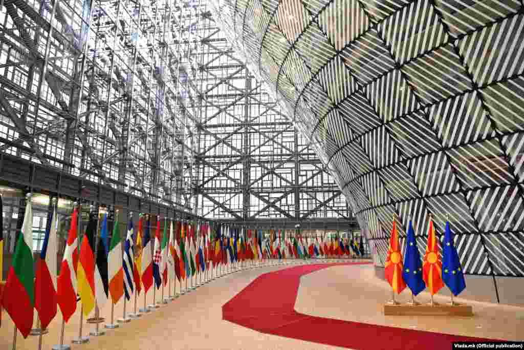 БУГАРИЈА - Бугарската потпретседателка Илијана Јотова изјави денеска дека Бугарија е под силен европски притисок да се откаже од своето вето на преговорите за членство на Северна Македонија во ЕУ.