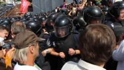 Ukraine Police Scuffle With Lawmakers, Protesters