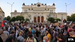 Хората по улиците в цялата страна искат оставката на правителството и на главния прокурор Иван Гешев. Някои обаче имат и други цели като промяна на конституцията, лустрация и дори забрана на 5G.