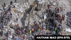 16 май, Ғазза. Ҷустуҷӯи бозмондаҳои баъди бомбаборони як бино идома дорад