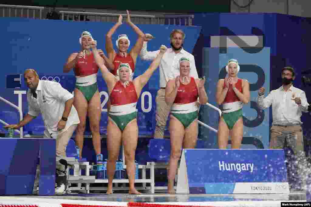 Угорські вотерполістки радіють перемозі над США в останні хвилини матчу попереднього раунду серед жінок у водному поло на Літніх Олімпійських іграх 2020 року. Токіо, 28 липня 2021 року