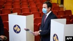 Lideri i Lëvizjes Vetëvendosje, Albin Kurti duke votuar në zgjedhjet parlamentare të 14 shkurtit.