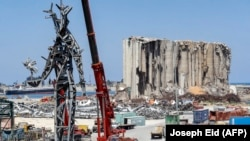 """Оваа слика направена на 28 јули 2021 година покажува челична скулптура висока 25 метри наречена """"Гест"""" на либанскиот уметник Надим Карам, направена од остатоци од последиците од експлозијата во пристаништето на Бејрут на 4 август 2020 година"""