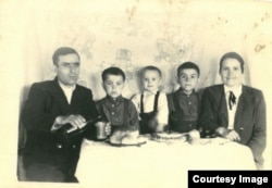 Paștele în Siberia. 6 mai 1956. Familia Ghieș, la masă: Vasile, Maria și copiii lor