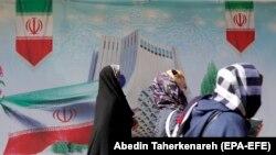 Կանայք կորոնավիրուսի դեմ պաշտպանիչ դիմակներով, Թեհրան, 19 փետրվարի, 2021թ.