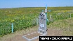 На кладбище у озера похоронен Данильченко Григорий Никифорович