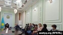 Работники и владельцы банкетных залов на встрече с замакима Западно-Казахстанской области Мухтаром Манкеевым. Уральск, 18 января 2021 года.