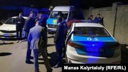 Полиция Алматыда атышуу болгон үйдүн жанында турат.