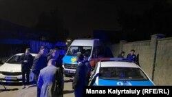 Сотрудники полиции рядом с домом, где произошла стрельба. Алматы, 20 сентября 2021 года