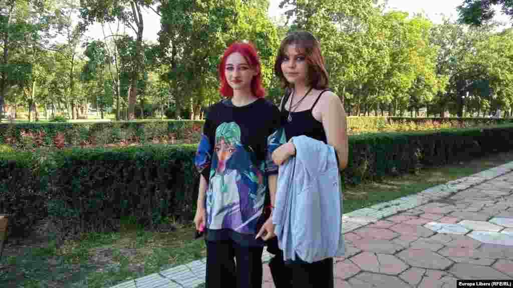 Două tinere pe o stradă la Tiraspol