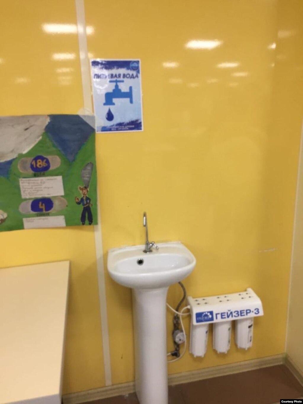 """Столовая в лагере """"Олимпийская деревня"""". На фото видны фильтры, но по словам детей, воду пить невозможно"""