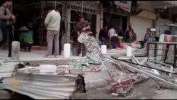 عراقيون يزيلون اثار تفجيرات الخميس
