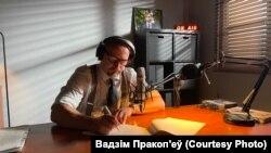 Вадзім Пракоп'еў падчас падрыхтоўкі на выпуску «Радыё Гаага»