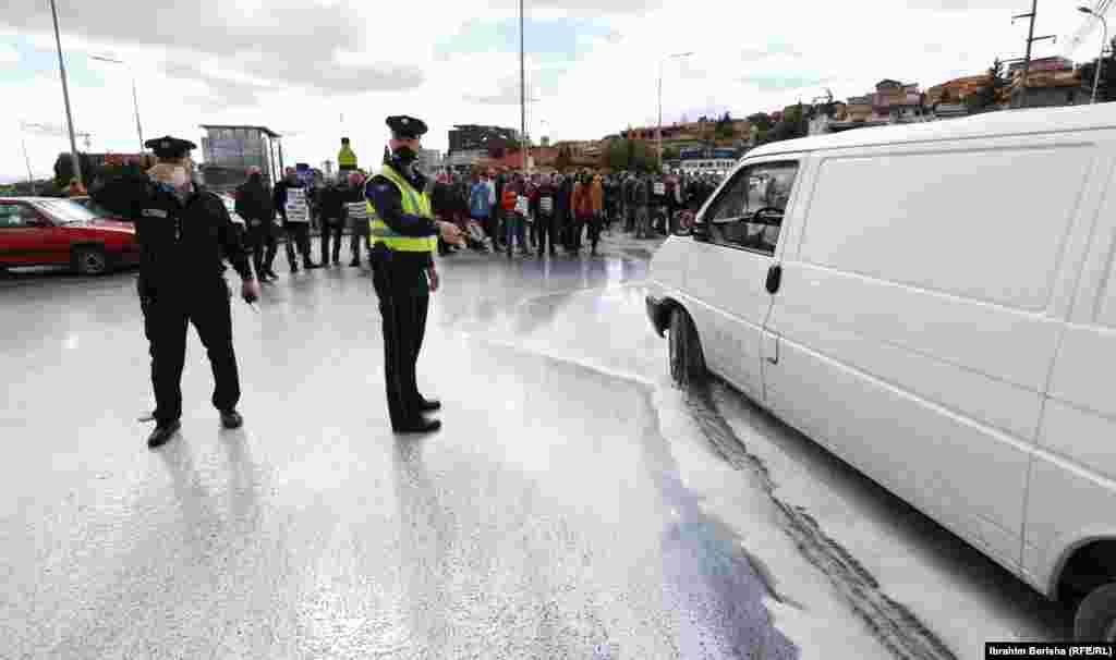 Policia e Kosovës duke vëzhguar protestën e prodhuesve të qumështit.