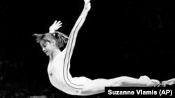 1976. július 18., Nadia Comăneci 10 pontot ér el a montréali olimpián