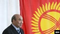 Аскар Акаев Бишкекте парламенттик шайлоодо добуш берүүдө. 27.02.2005