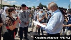 Жители поселка Холодный Ключ в черте города Семей на сходе с акимом Ермаком Салимовым. Восточно-Казахстанская область, 22 августа 2020 года.