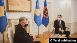 Ushtruesi i detyrës së presidentit të Kosovës, Glauk Konjufca dhe ambasadori i SHBA-së në Kosovë, Philip Kosnett.