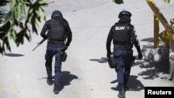 Полиция возле резиденции Жовенеля Моиза в Порт-о-Пренсе, 7 июля 2021 года