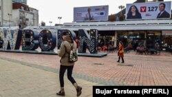 Poster kampanye pemilu di jalanan Pristina
