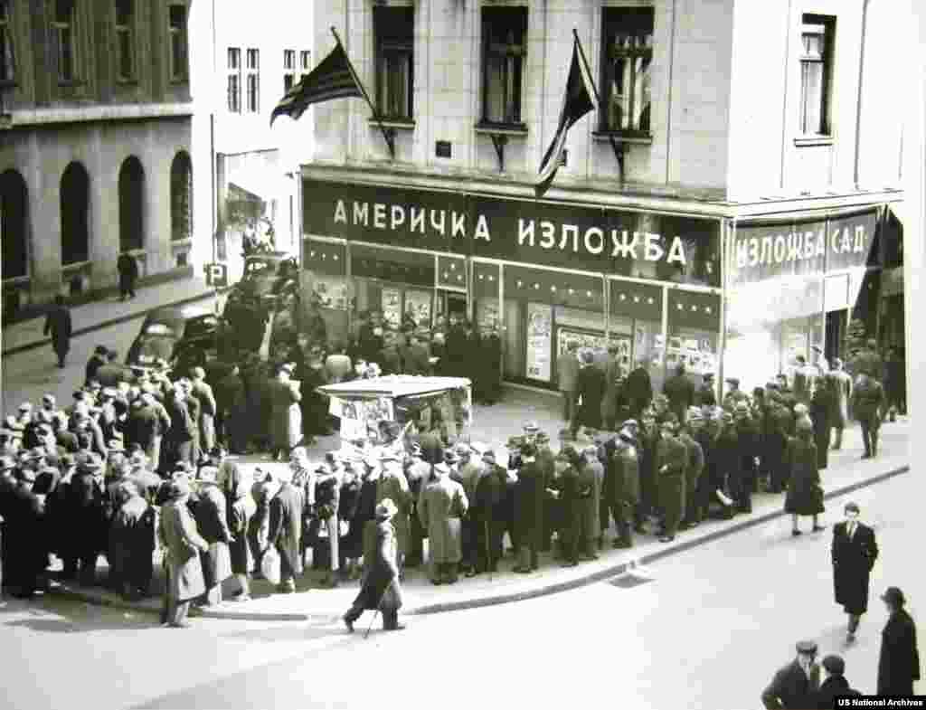 Жители Белграда выстроились в очередь перед «Информационным центром США», чтобы прочесть газеты, в которых сообщалось о смерти Сталина в 1953 году.
