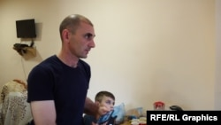 Խաչատուր Մունչյանը, ում տան տանիքը վնասվել է ադրբեջանական կողմից արձակված կրակոցներից։