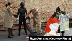 Сцена перформанса в поддержку Юлии Цветковой