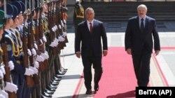 Віктар Орбан і Аляксандар Лукашэнка праходзяць каля ганаровай варты ў Менску, 5 чэрвеня 2020