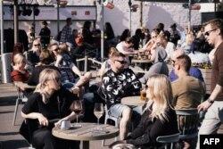 Заполненная людьми терраса ресторана в Хельсинки, 1 июня 2021 года