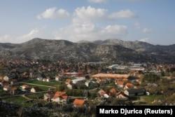 Вид на город Цетине с холма в Черногории, 13 апреля 2018 года