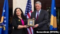Vjosa Osmani, predsednica Kosova, uručje Predsedničku medalju za vladavinu prava preminulom sinu američkog predsednika. Medalju je u Prištini 1. avgusta 2021. preuzeo američki ambasador na Kosovu Filip Kosnet.