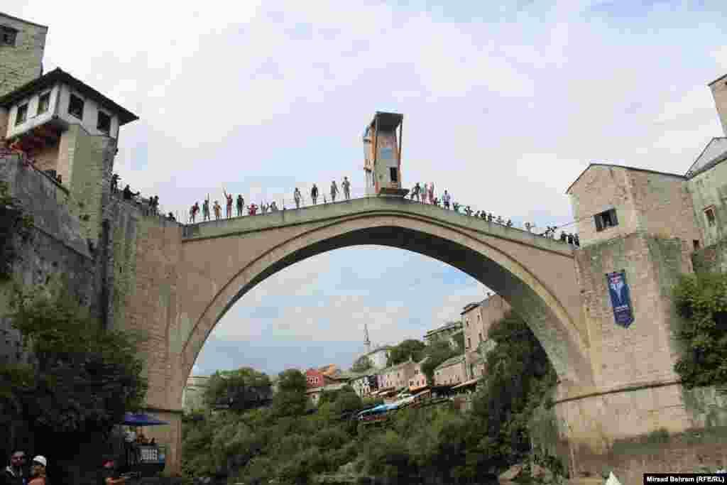 Takmičari pozdravljaju gledaoce sa luka Starog mosta na početku manifestacije.
