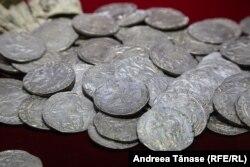 Monede de valoare expuse în Muzeul Băncii Naționale a României, București.