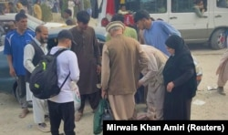 Familii afgane în afara aeroportului din Kabul