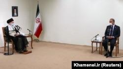 دیدار مصطفی الکاظمی با علی خامنهای؛ این نخستین دیدار رسمی رهبر جمهوری اسلامی با یک مقام خارجی در پنج ماه گذشته است.
