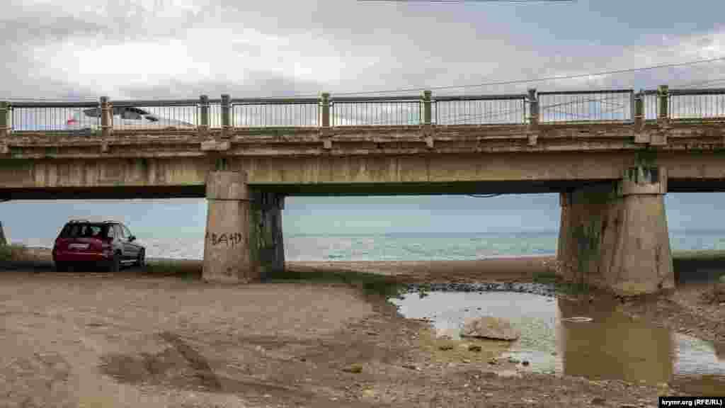 Річка Алачук під кінець весни до моря так і не пробилася