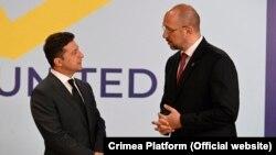 Президент Володимир Зеленський (л) і прем'єр Денис Шмигаль кажуть, що гроші дадуть можливість відновити економіку в умовах пандемії COVID-19