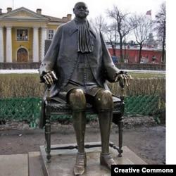 Памятник Петру работы М. Шемякина в Петропавловской крепости