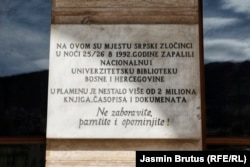 Ploča ispred ulaza u sarajevsku Vijećnicu (12. april)