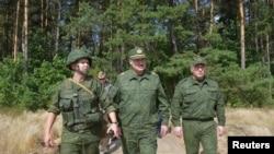 Президент Беларуси Александр Лукашенко во время визита на военный полигон недалеко от Гродно. 22 августа 2020 года.