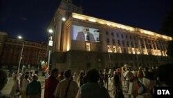 В София част от протестите вече е и прожекция върху стените на бившия Партиен дом