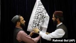 Официальные представители «Талибана» с флагами движения на пресс-конференции. Кабул, Афганистан, 17 августа 2021 года.