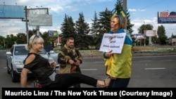 25 августа 2014 года, Донецк. Снимок, сделанный фотографом Маурисио Лима специально для New York Times, на котором избивают привязанную к столбу Ирину Довгань