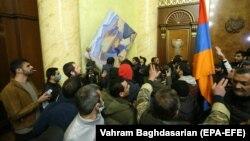 مخالفان خشمگین آقای پاشینیان، به ساختمانهای دولتی هجوم برده و خرابیهایی بر جا گذاشتهاند