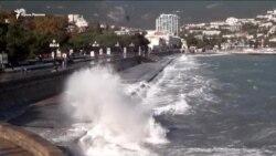 Море волнуется: шторм в Ялте (видео)