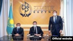 Слева направо: бывший председатель правления фонда «Самрук-Казына» Ахметжан Есимов, премьер-министр Казахстана Аскар Мамин, новый глава «Самрук-Казына» Алмасадам Саткалиев.