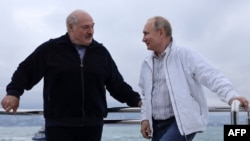 Aljakszandr Lukasenka belarusz és Vlagyimir Putyin orosz elnök egy jachton a Fekete-tengeren 2021. május 29-én