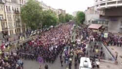 Учасники акції «Безсмертний полк» і націоналісти побилися через червоно-чорний прапор (відео)