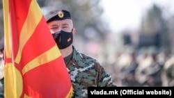 Një ushtar i forcave speciale mban flamurin e shtetit të Maqedonisë së Veriut. Fotografi ilustruese.