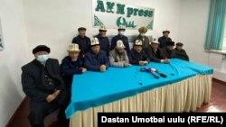 Сторонники Улукбека Омурзакова на пресс-конференции в Оше. 17 ноября 2020 года.